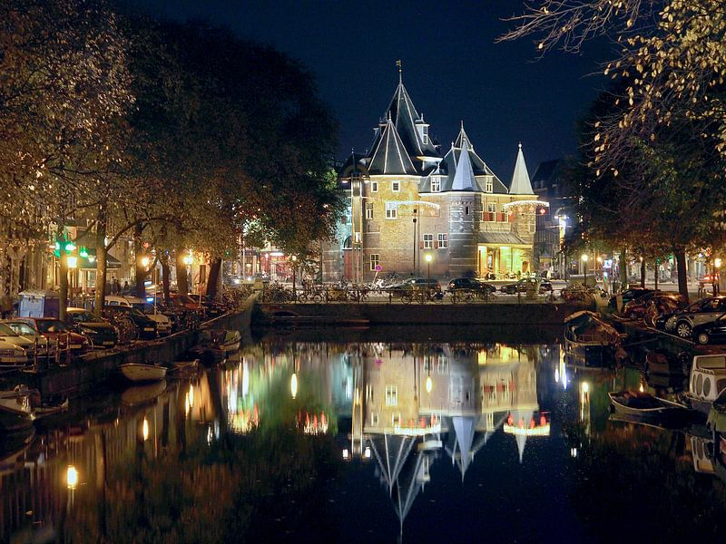 De Waag (Nieuwmarkt Amsterdam) bij nacht van Edwin Butter
