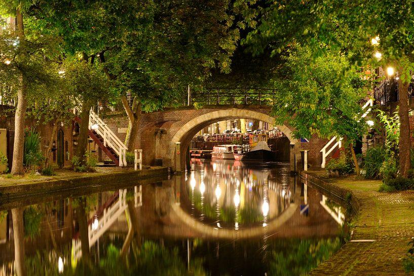Oudegracht in Utrecht met Zandbrug van Donker Utrecht