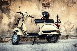 Een Vespa Piaggio Scooter in de straten van Verona, Italië (1) van