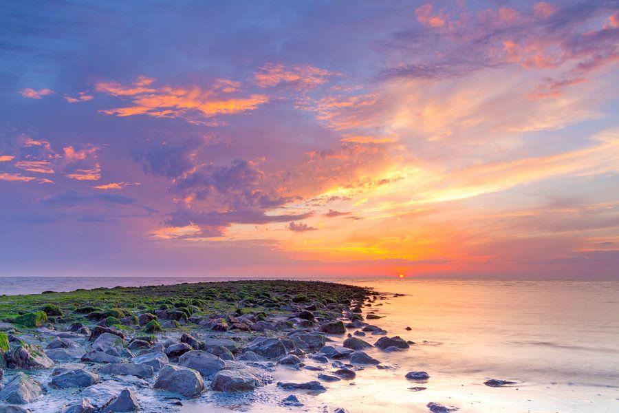 Zonsondergang Noordzee met strekdam van Mark Scheper