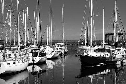 Jachthaven bij Bruinisse van Leo Langen