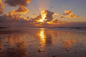 Wunderschöner Sonnenuntergang an der Nordsee in den Niederlanden von Nisangha Masselink