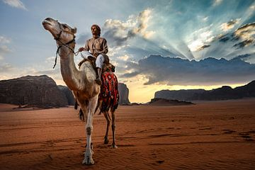 Kamelen hoeder Jordanië Wadi Rum van Paula Romein