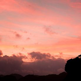Vibrant sunset over Lan Ha Bay, Vietnam van Fleur Halkema