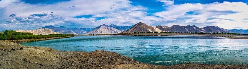 Panorama lake Yamdrok, Tibet van Rietje Bulthuis