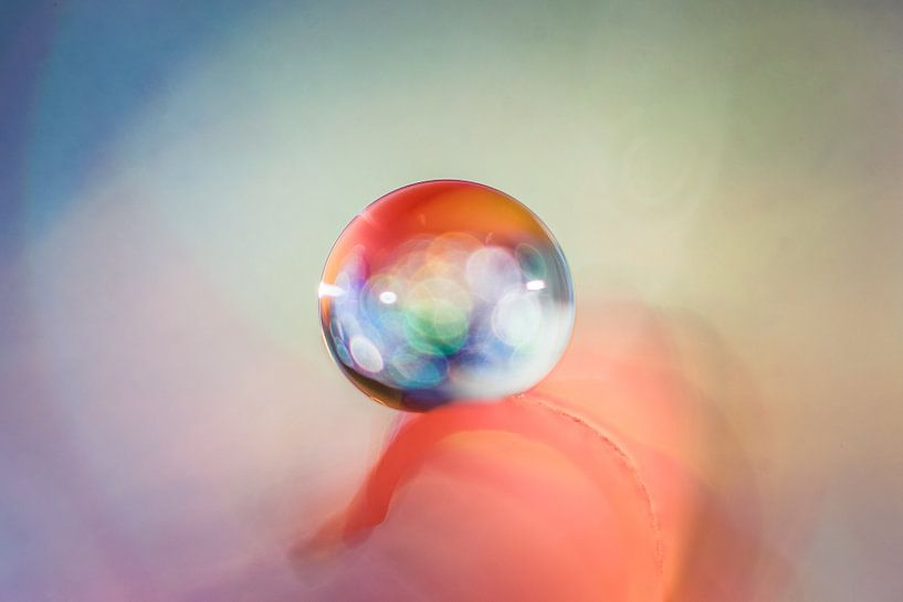 Macro van een waterdruppel met gekleurde lichtinval van Bert Nijholt