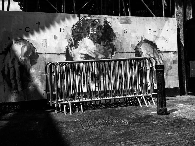 Graffitizeichnung eines Mannes in einem Gestell in London von Fokko Muller