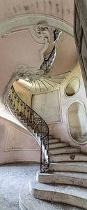 Trap in een verlaten kasteel in Italie van