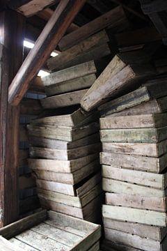 Gestapelde houten kistjes van