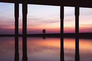 Koppel geniet van zonsondergang van Edzard Boonen