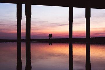 Koppel geniet van zonsondergang van