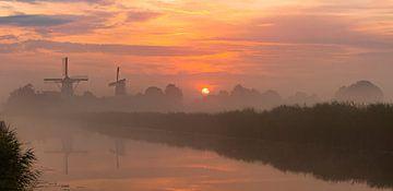 Een nevelige zonsopkomst bij het Damsterdiep in Ten Boer van Ron Buist