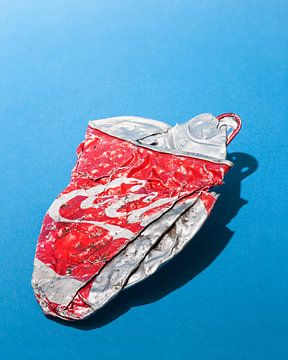 Popart. Zerstoßene Mini-Dose Coca-Cola von Floris Kok