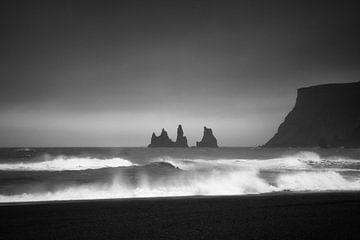 ReynisDrangar Island schwarz-weiß von Thomas Kuipers