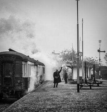 Stoomtrein  Simpelveld gehuld in stoom bij vertrek van Station van John Kreukniet