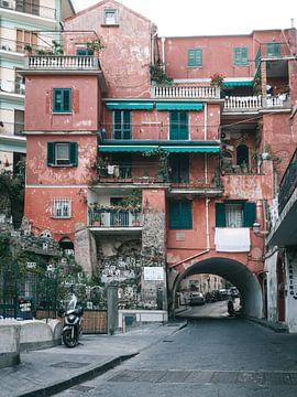 Rood Italiaans appartementengebouw met een de straat eronderdoor in Amalfi van Michiel Dros