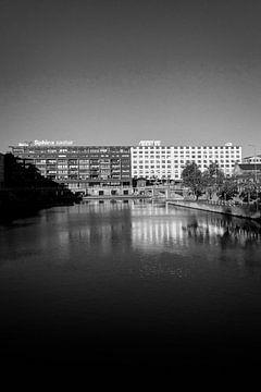 Eiffel-Gebäude mit 't Bassin in Maastricht im Vordergrund von Streets of Maastricht