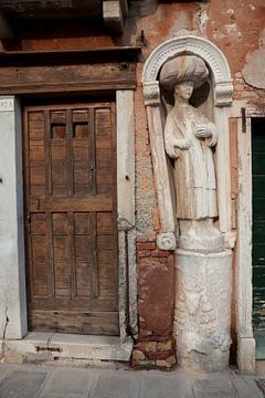 Mohr mit Turban in der Altstadt von Venedig, Italien von Joost Adriaanse