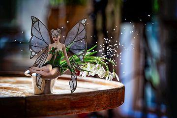 Fairy met sneeuwklokjes op oude tafel. Snowdrops Fairy van ellenilli .