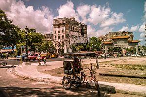 Fietstaxi voor Chinatown in Havanna van Natascha Friesen Baggen