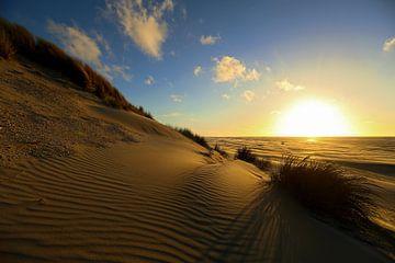 Coucher de soleil sur la plage et la mer d'Ameland sur Caroline van der Vecht