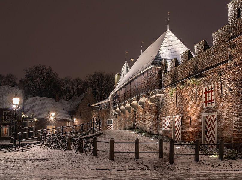 Koppelpoort Amersfoort met sneeuw van Margreet Riedstra