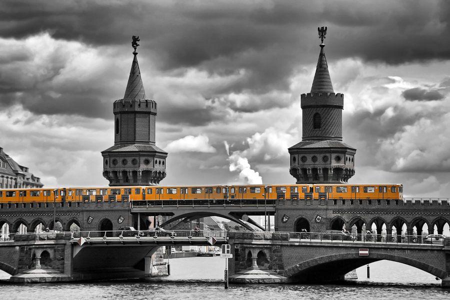 yellow city train van Bernd Hoyen