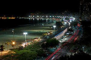 De Braziliaanse Copacabana in Rio de Janeiro gedurende de avond van