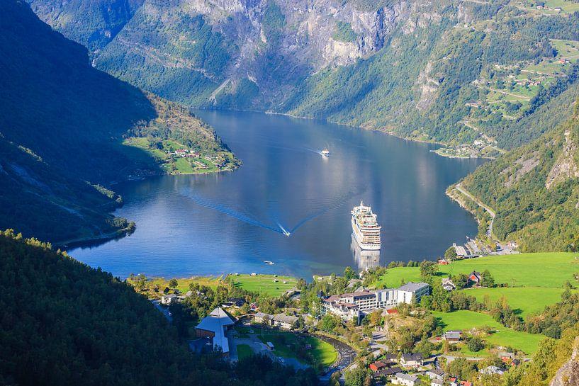 Cruiseschip Aida Sol in het Geirangerfjord, Noorwegen van Henk Meijer Photography