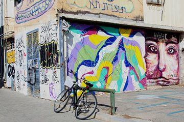 Straatbeeld, fiets en street art, Tel Aviv van Inge Hogenbijl