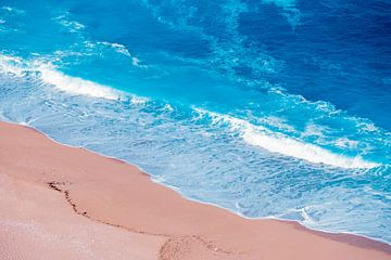 Vagues azurées sur la plage sur MICHEL WETTSTEIN