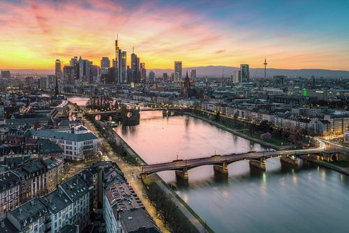 Frankfurt in the evening van Michael Valjak