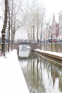 Winter in Utrecht. De Nieuwegracht met sneeuw op de werven. van De Utrechtse Grachten