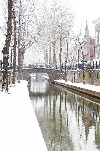Winter in Utrecht. De Nieuwegracht met sneeuw op de werven. van