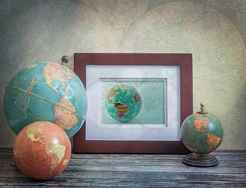 Stilleven met antieke globes. Vintage. van Rietje Bulthuis