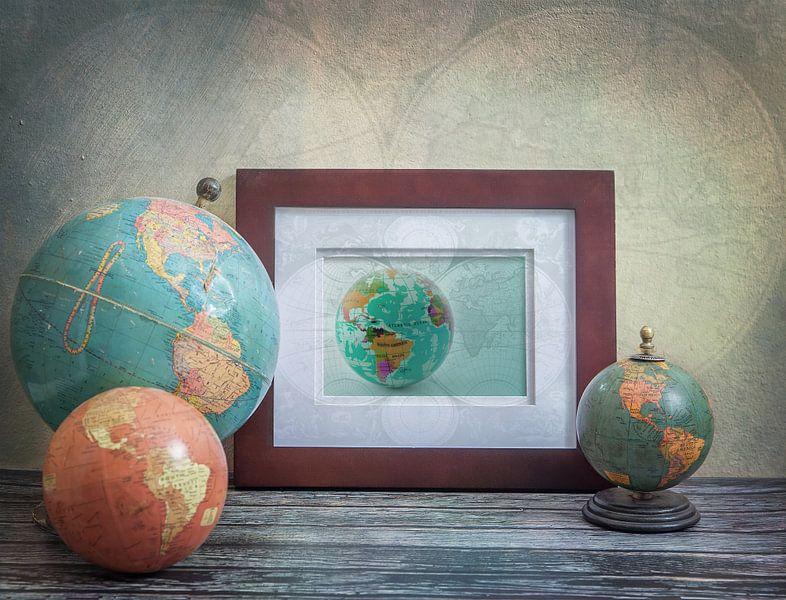 Nature morte avec globes antiques sur Rietje Bulthuis