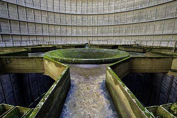 Powerplant IM - Midden van verlaten koeltoren in Belgie van Steven Dijkshoorn