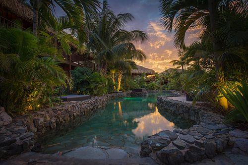 Zonsondergang aan het zwembad in Curacao van Edwin Mooijaart