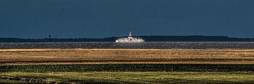 Het Noorderleeg nabij Holwerd met donker weer boven de Wadden.