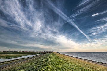 De Waddendijk vlak buiten het Friese havenstadje Harlingen van Harrie Muis