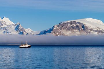 Lage bewolking onder de besneeuwde bergtoppen van Spitsbergen van Merijn Loch