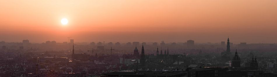 Panorama zonsondergang van Amsterdam centrum