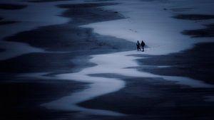 Wandelaars op het Noordzee strand