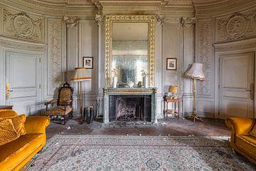 gemütliche Sitzecke in einem verlassenen Schloss von Kristof Ven