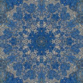 Abstraktes Mandala in Blau und Silber von Maurice Dawson