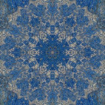 Abstract mandala in blauw en zilver van Maurice Dawson