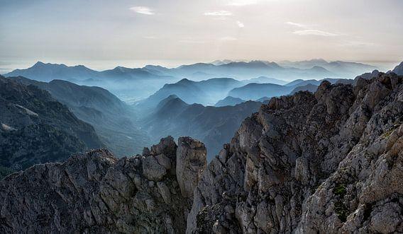 Mistige bergen van Origami Art