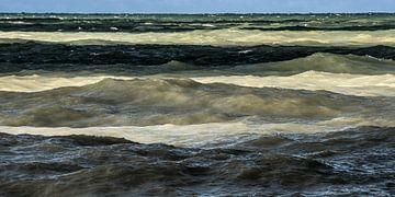 Gekleurde golven bij de Normandische krijtrotskust von