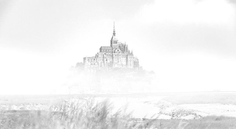 De Mont Saint-Michel Frankrijk Zwart wit van Rob van der Teen