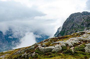 Noorwegen, wolken over de bergen sur